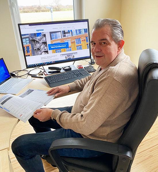 Peter Henning im Büro
